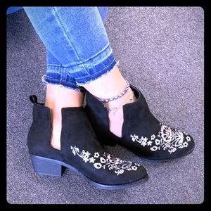 Black man-made Suede Embroidered ankle boots! 💕